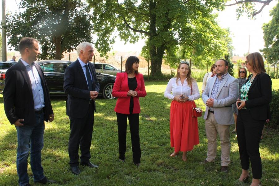 Ministrica Tramišak u sklopu radnog sastanka obišla i dvorac u Trenkovu
