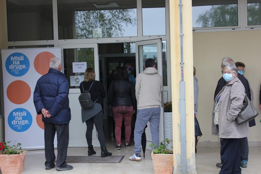 Više od 300 građana cijepljeno u sportskoj dvorani OŠ Lipik