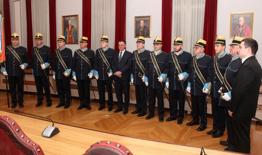 Župan Alojz Tomašević uručio 12 sablji pripadnicima Gradske straže Požega