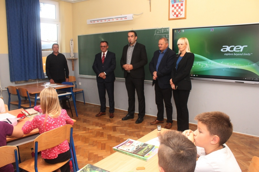 Požeško-slavonska županija osigurala pametne ploče za sve osnovne škole na području županije