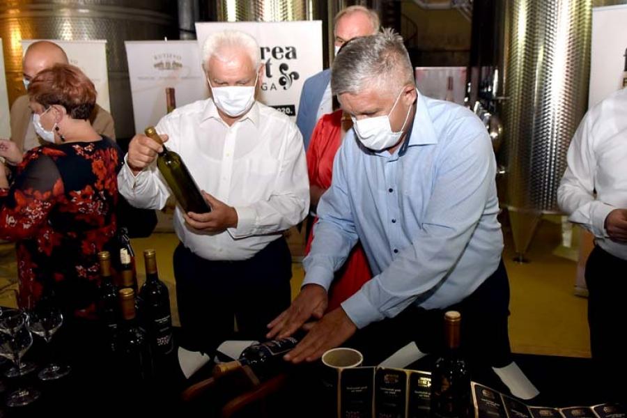 Punjenje butelja festivalskog vina