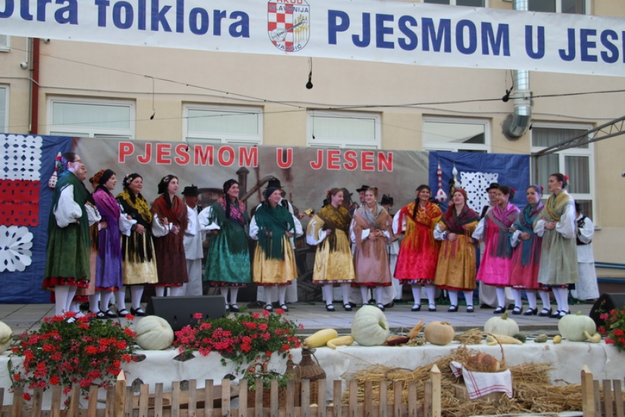 """Održana 18. smotra folklora """"Pjesmom u jesen"""" u Jakšiću"""