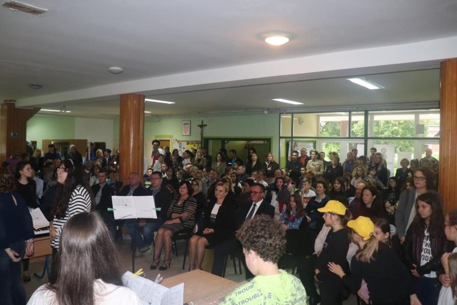 Svečanom priredbom i dodjelom priznanja najboljim učenicima i mentorima obilježen Dan Osnovne škole Lipik